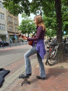 Kostenfrei wohnen - ok, ein bisschen Geld ist schon angenehm! Also Straßenmusik machen