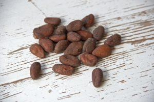 Das Magnesium aus roher Schokolade in Kombination mit Apfelsäure ist effektiv beim Ausleiten von Aluminium